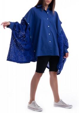 قميص أزرق فضفاض بأزرار وفتحات جانبية