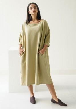 فستان زيتي بقصة مربعة وأكمام طويلة