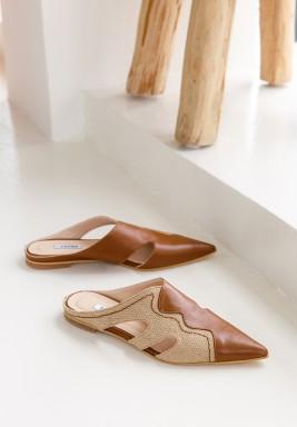 حذاء مايا تان وبيج بمقدمة مدببة