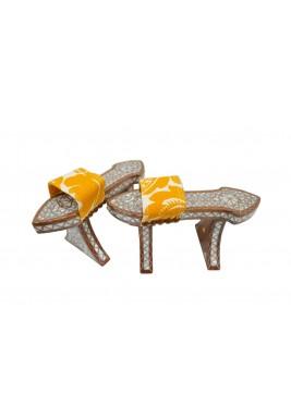 ديكور على شكل حذاء أصفر