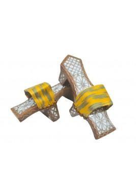 ديكور خشبي على شكل حذاء أصفر وأخضر