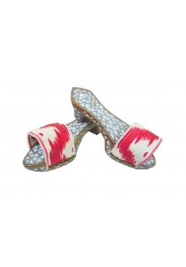 ديكور على شكل حذاء أحمر