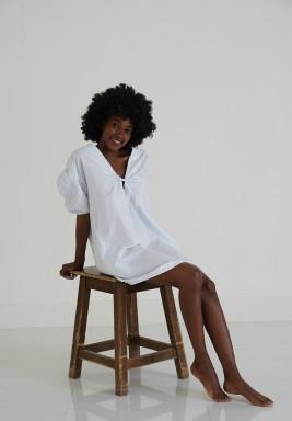 فستان قصير أبيض وأزرق مخطط للمنزل