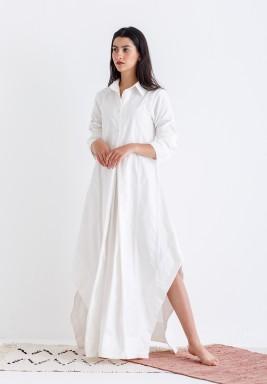 فستان أبيض بفتحات جانبية نمط قميص