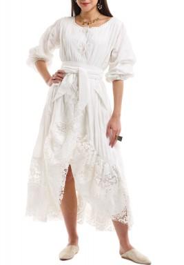 فستان أبيض محزم بحاشية دانتيل