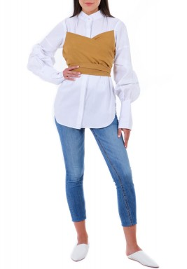 قميص أبيض بأكمام منفوشة وتوب عسلي