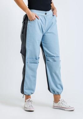 بنطال جينز أزرق فاتح وجلد أسود