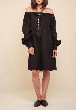 فستان أسود مزر
