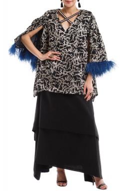 فستان أسود بتطريز ذهبي وريش أزرق
