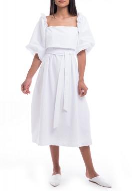 فستان أبيض برفرفات وأكمام منفوخة