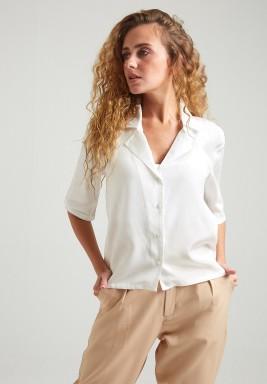 قميص أبيض حرير بأكمام قصيرة