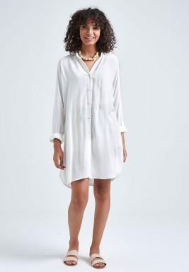 قميص أبيض بأكمام طويلة