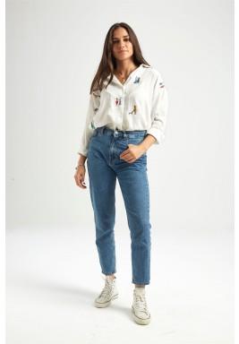 قميص أبيض مطرز بأكمام طويلة