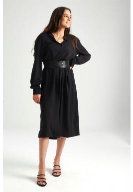فستان أسود بأزرار جانبية وأمامية