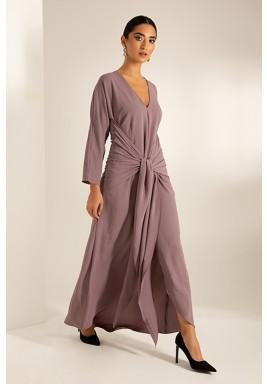 فستان وردي محزم بفتحة أمامية