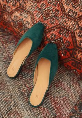 حذاء يوم السبت زيتوني مخملي