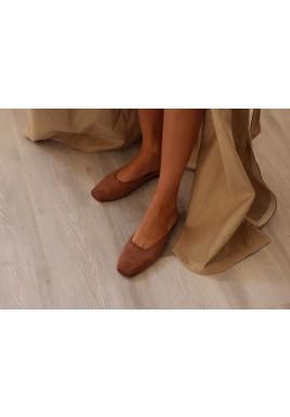حذاء السبت البني المخملي