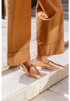 حذاء رمال وردي ذهبي بمقدمة مربعة
