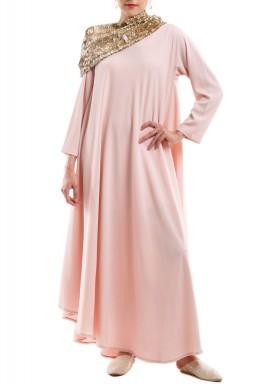 فستان وردي بياقة ذهبية كبيرة