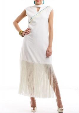 فستان أبيض مطرز بشراشيب