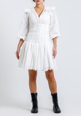 فستان أبيض بخصر كورسيه ورفرفات