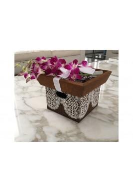 صندوق هدية صغير مزين بدانتيل مع الزهور و الشوكولاتة