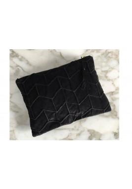 حقيبة سوداء مخملية