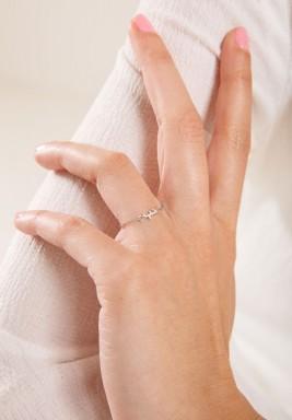 """خاتم """"حب"""" من الذهب الأبيض"""