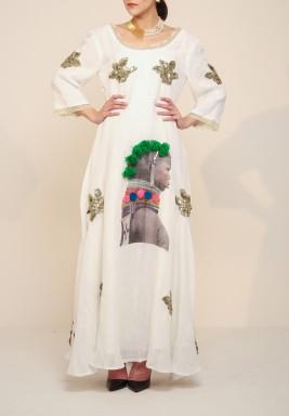فستان أبيض مطرز بصورة مطبوعة