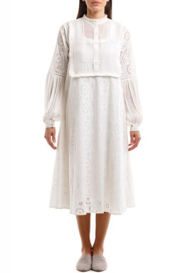 فستان أبيض مزخرف بياقة عالية
