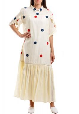 فستان أوف-وايت منقط بظهر مزرر