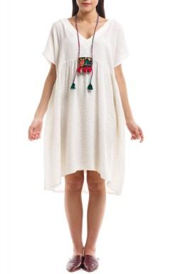 فستان مينوين الأبيض بأكمام قصيرة وعقد مطرز