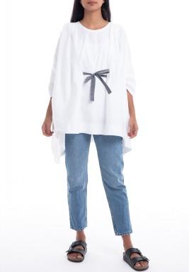 بلوزة بيضاء فضفاضة بحزام رمادي