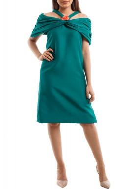 فستان أخضر بأكتاف مكشوفة