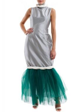 فستان فضي بحاشية تول خضراء