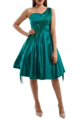 فستان أخضر بكتف واحد وشراشيب