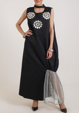 فستان أسود مطرز بدون أكمام