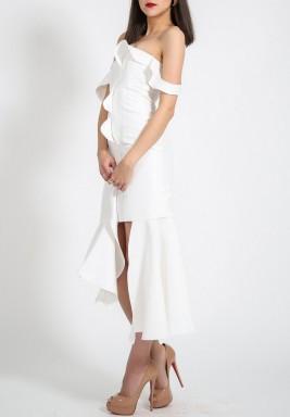 فستان أبيض برفرفات وأكتاف مكشوفة
