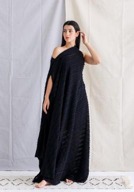 فستان أسود مخطط بكتف مكشوف