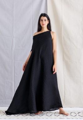 فستان أسود مخطط بدون أكمام