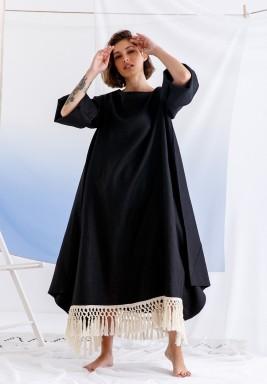 فستان أسود بأكمام طويلة وشراشيب