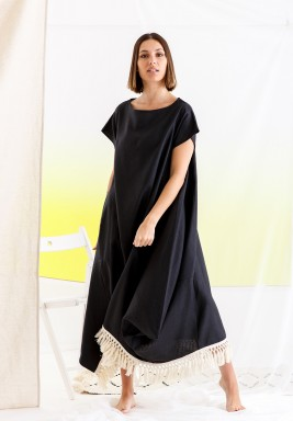 فستان أسود بأكمام قصيرة وشراشيب