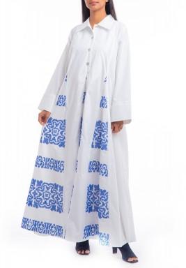 فستان أبيض فضفاض بتطريز أزرق