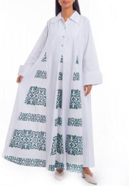 فستان أبيض فضفاض بتطريز أخضر