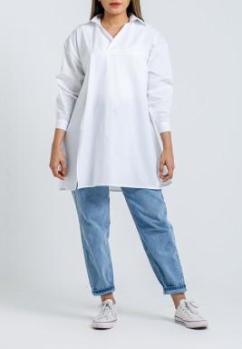 قميص أبيض فضفاض بفتحة أمامية
