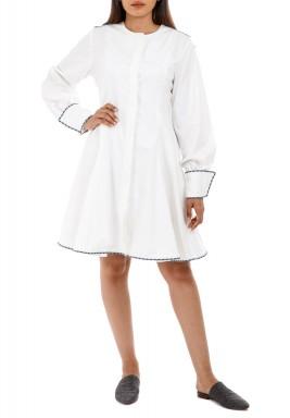 فستان أبيض مطرز بطول الركبة