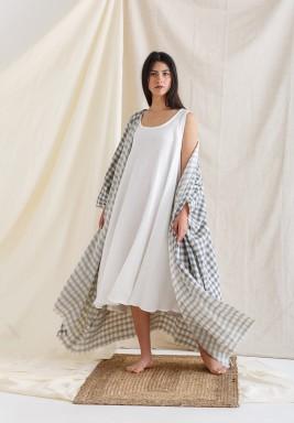 بشت رمادي مع فستان أبيض بدون أكمام