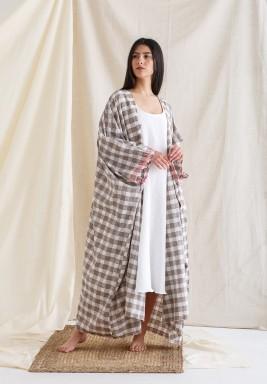 بشت بني مع فستان أبيض بدون أكمام